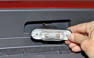 Как заменить лампочку подсветки госномера на автомобиле
