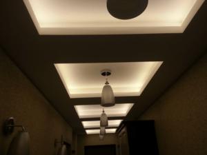Теплый оттенок света потолка